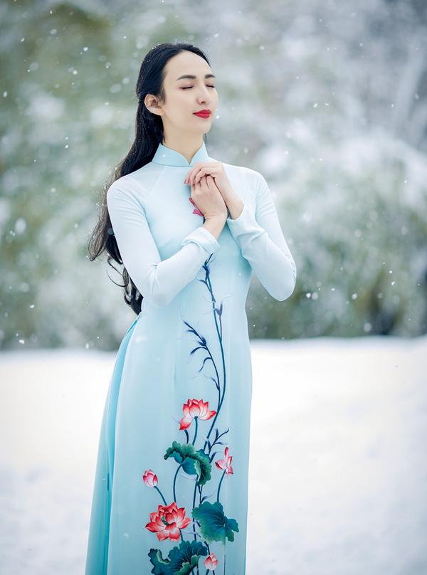 Ngọc Diễm khoe dáng với áo dài họa tiết hoa sen tinh tế.