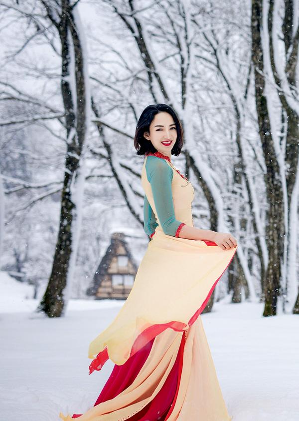 Cô mang theo ba bộ áo dài từ truyền thống tới cách tân, diễn tự nhiêndưới trời tuyết.