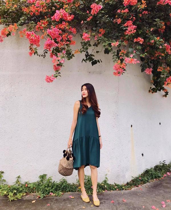 Tháng 4 chưa về nhưng tiết trời Sài Gòn đã hừng hực nắng như thời điểm đầu hè. Vì thế các mẫu váy áo phù hợp tiết trời luôn được phái đẹp lựa chọn hàng đầu.