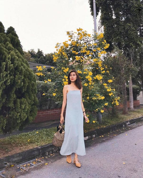 Đầm maxi dáng suông nhẹ nhàng để giúp phái đẹp có được nét khoan thai khi xuống phố mùa hè. Túi cói, túi nan là phụ kiện tạo nên điểm nhấn bắt mắt.