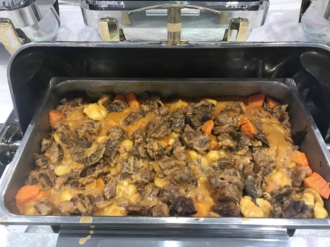 ... hay thịt bò hầm khoai tây...