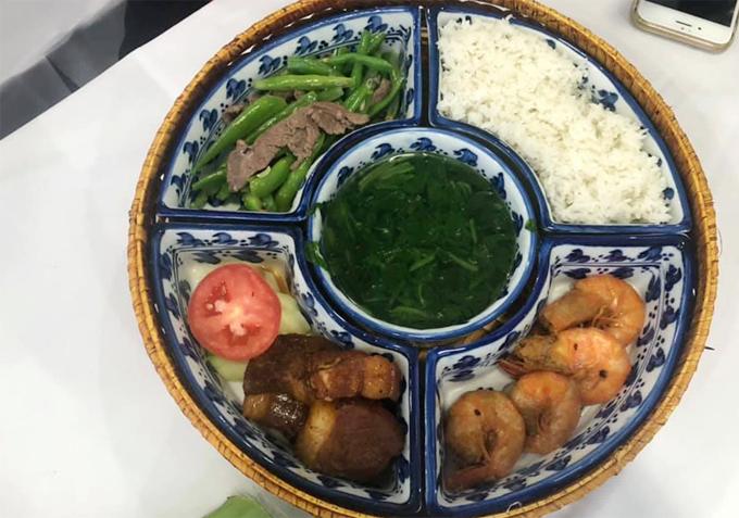 Nhiều phóng viên cũng lựa chọn ăn cơm suất với các món tự chọn như cơm trắng, thịt kho, tôm rang, đậu xào...Ảnh: Bao Trung Dang