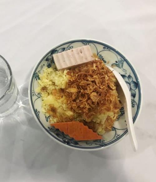 Xôi xéo thơm mùi hành khô, ăn kèm giò chả Ước Lễ - một đặc sản khác của Hà Nội được phục vụ trong bữa tiệc. Ảnh: Bao Trung Dang