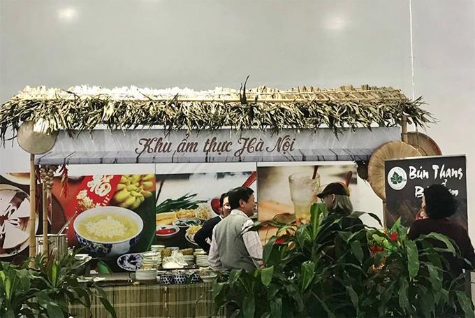 Đặc biệt, ban tổ chức còn bố trí hẳn một quầy ẩm thực Hà Nội để quảng bá, giới thiệu các món ăn thủ đô tới với các phóng viên quốc tế. Một số thương hiệu vang danhcủa đất Hà thành cũng xuất hiện như bún thang bà Ẩm, cà phê Giảng hay bún chả, chè cốm, phở bò...