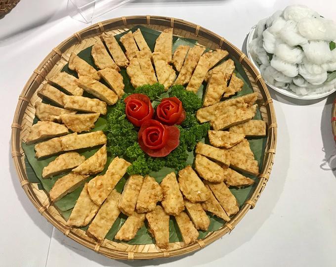 Chả cốmcùng với bún lá cũng là một món ăn được các phóng viên nước ngoài yêu thích vì hương vị dễ ăn.