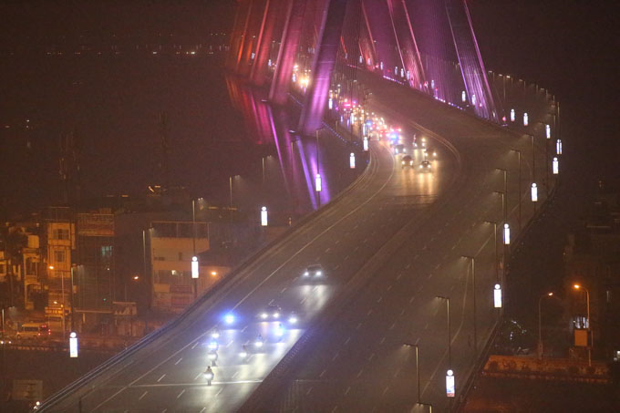Đoàn xe trên cầu Nhật Tân. Ảnh: Lâm Thỏa.