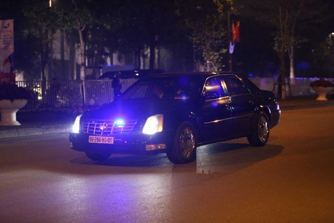 21h45, xe cảnh sát dẫn đường cho đoàn xe tùy tùng của tổng thống Mỹ tiến vào khách sạn Marriott ở đường Đỗ Đức Dục. Trong số này không xuất hiện xe chở Tổng thống Trump khiến nhiều người hụt hẫng.