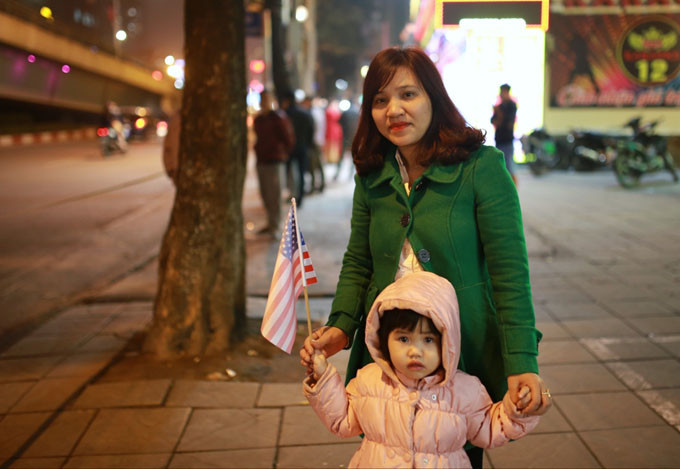 Bé Quỳnh Chi, 3 tuổi được mẹ đưa đi chào mừng đoàn Tổng thống Mỹ trên đường Trần Duy Hưng