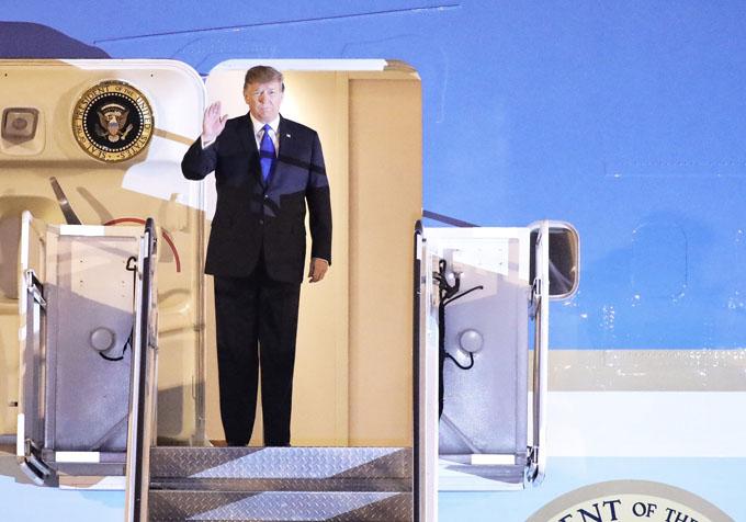 Khoảng gần 21h, chiếc Air Force One đáp xuống sân bay Nội Bài. Tổng thống Donald Trump bước ra ngoài, vẫy tay chào người dân và các phóng viên. Ảnh: Ngọc Thành.