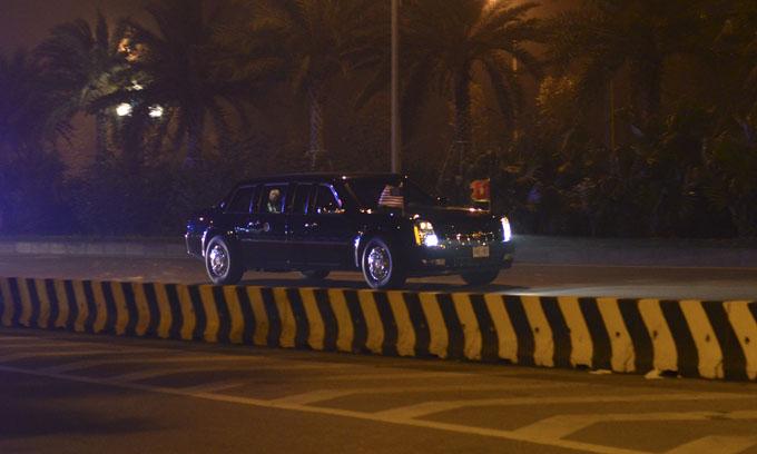 Sau khi xuống máy bay, ông chủ Nhà Trắng lên chiếc Cadillac về khách sạn. Tổng thống Donald Trump đến thủ đô Hà Nội, Việt Nam, để tham dự hội nghiị thượng đỉnh Mỹ - Triều lần hai với chủ tịch Triều Tiên Kim Jong-un trong hai ngày 27 và 28/2. Ảnh: Vũ Anh.