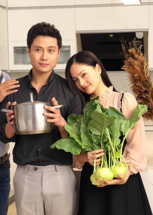 Lan Phương đăng ảnh hậu trường trong phim mới Nàng dâu order cùng chú thích: Lấy chồng xong nấu ăn ngon hơn hẳn.
