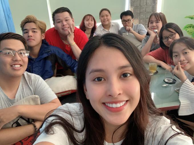 Hoa hậu Tiểu Vy tự tin để mặt mộc selfie cùng bạn bè.