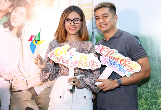 Vân Trang và ông xã thiếu gia trốn con gái đi xem phim điện ảnh đầu tiên Kiều Minh Tuấn đóng cặp với Cát Phượng.
