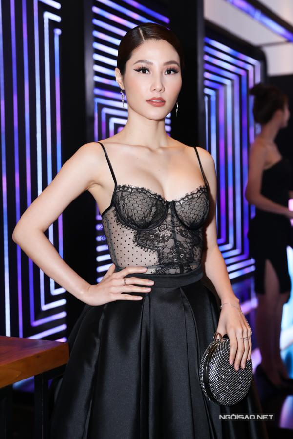 Diễm My gây chú ý khi diện thiết kế hở bạo đi event. Chiếc áo corset giúp cô tôn vòng một hiệu quả.