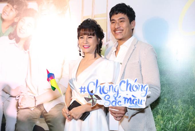 Cát Phượng và chồng trẻ Kiều Minh Tuấn hạnh phúc sánh đôi đi sự kiện. Sau sóng gió tình cảm liên quan tới diễn viên An Nguy, đôi vợ chồng đã hàn gắn, gương vỡ lại lành.