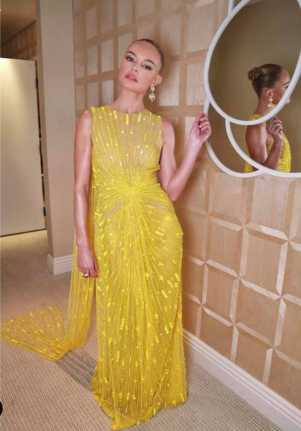 Khi khoác lên mình mẫu váy vàng đính kết công phu từ nhà mốt Việt, Kate Bosworth vô cùng thích thú và liên tục chia sẻ các hình ảnh chụp cùng mẫu váy trên trang cá nhân của mình.
