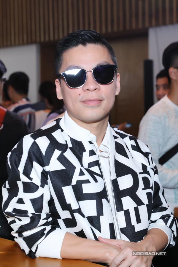 Nhà thiết kế Adrian Anh Tuấn cũng là khách mời trong buổi ra mắt một sản phẩm điện thoại thông minh.