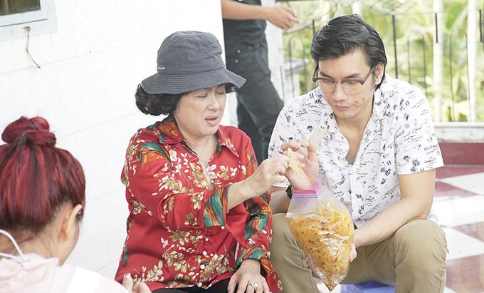 NSƯT Thanh Thủy hăng say ăn bánh tráng trộn với Nhan Phúc Vinh trên phim trường.