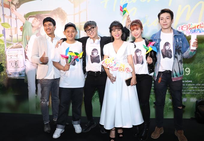 Cát Phượng và Kiều Minh Tuấn tách đôi khi chụp ảnh cùng những đàn em tại sự kiện ra mắt phim.