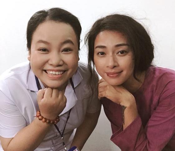 Lê Trang (trái) cùng Ngô Thanh Vân trên trường quay Hai Phượng.