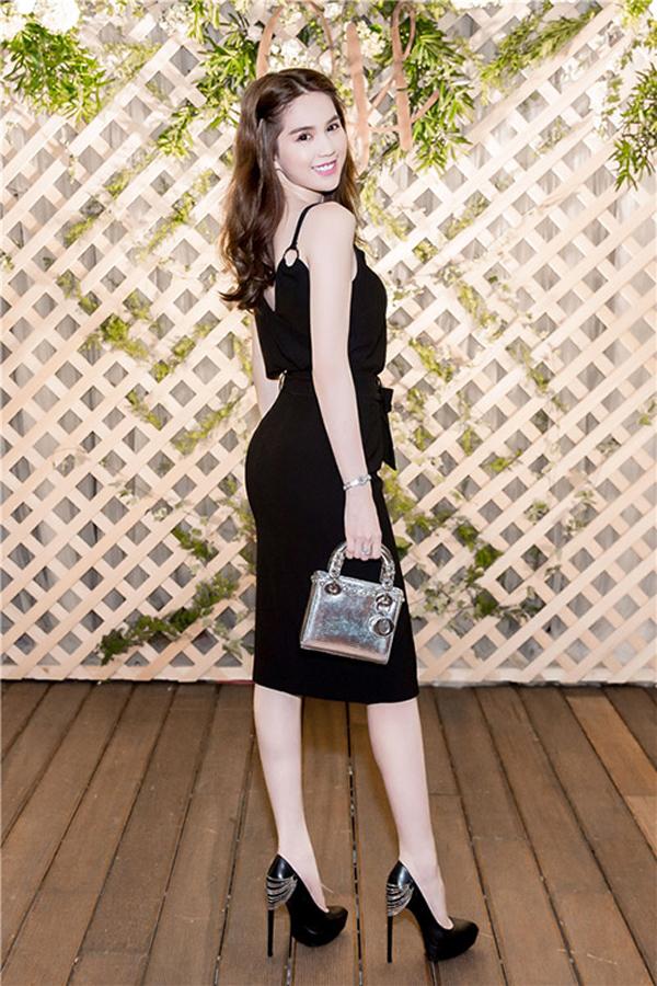 Các mẫu túi Dior kiểu dáng gọn gàng, đường nét sang trọng và phù hợp với với đầm cocktail tôn dáng tạo nên tổn thể hài hòa cho Ngọc Trinh.
