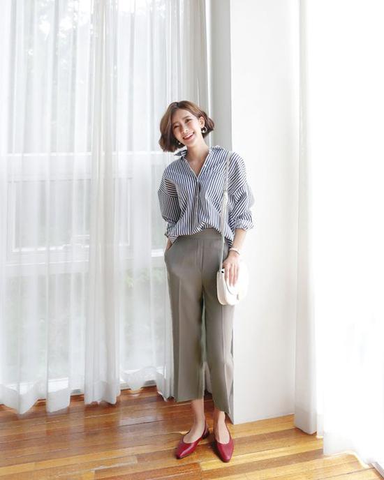 Những mẫu sơ mi kẻ sọc đang được dự báo sẽ lên ngôi ở xu hướng thời trang xuân hè 2019. Trang phục này khi được kết hợp cùng quần âu, quần suông tông màu đơn sắc sẽ khiến người mặc trở nên thanh mảnh hơn.