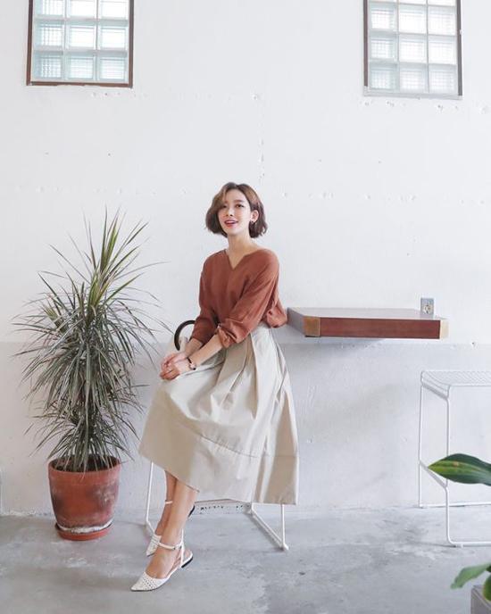 Kết hợp cùng kiểu chân váy thông dụng là các mẫu túi xách tay theo phong cách vintage hay retro. Các kiểu giày mũi nhọn, dáng thanh mảnh cũng là phụ kiện hợ với sytle này.