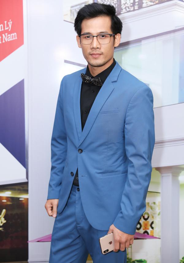 Diễn viên Thanh Thức diện vest tuxedo chỉn chu.