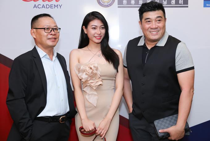 Đạo diễn Trần Vi Mỹ (ngoài cùng bên phải) chụp ảnh cùng hai khách mời khác tại sự kiện.