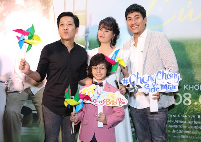 Trường Giang một mình tới chung vui với vợ chồng Cát Phượng. Sao nhí Huy Khang đóng vai con trai của Cát Phượng trong phim Hạnh phúc của mẹ.