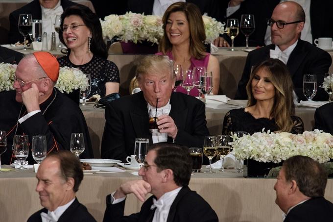 Donald Trump uống nước ngọt trong khi những vị khách khác dùng rượu
