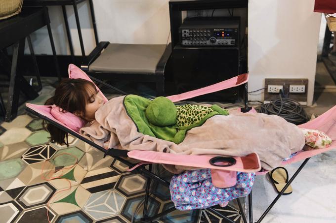Lan Ngọc quậy tưng trước ống kính nhưng ngủ gục ở hậu trường - 1