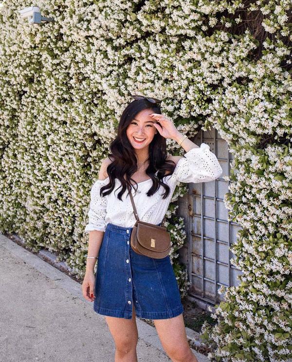 Chân váy jeans cài nút vẫn được ưa chuộng. Chúng được chọn để mặc kèm áo blouse, áo thun hay các kiểu sơ mi biến tấu nhẹ nhàng.