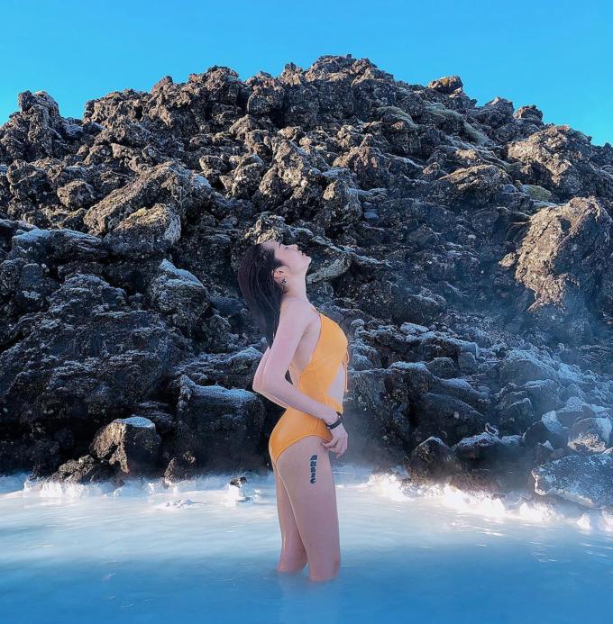 Bảo An check in xứ sở băng giá Iceland, diện bikini vàng nổi bật ở hồ Blue Lagoon nổi tiếng. Cô chia sẻ: Nhìn vậy thôi chứ bên trong tim ganphổi muốn đóng băng hết, bé đang ở Iceland - một trong những quốc gia thưa dân nhất thế giới.
