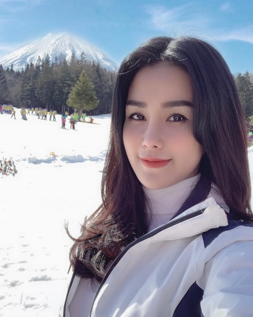 Diệp Lâm Anh sang Nhật công tác cùng ông xã ngay sau Tết. Một trong số những điểm đến lần này là khu trượt tuyết Fujiten Ski. Mùa đông năm nào cũng đòi đi trượt tuyết bằng được... Chuyến công tác chóng vánh nên mình chỉ tranh thủ được 2 tiếng đồng hồ trượt một tí cho đỡ nhớ, bà mẹ một con chia sẻ.