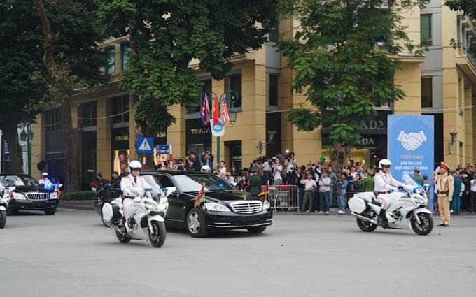 Xe chở Lãnh đạo Triều Tiên Kim Jong-un rời khách sạn Metropole, Hà Nội khoảng 13h25 ngày 28/2, sớm hơn dự kiến. Ảnh:Phong Vinh.