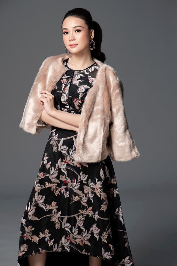 Các mẫu váy phom dáng kín đáo trở nên cuốn hút hơn nhờ nhấn nhá chi tiết bèo nhún, xếp nếp hay họa tiết hoa lá.