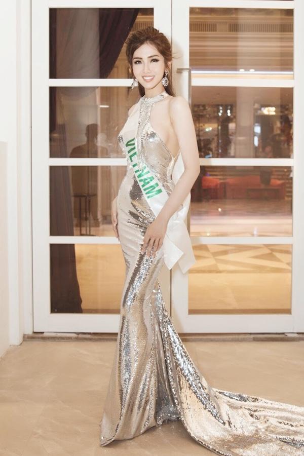 Nhật Hà khoe vóc dáng gợi cảm trong chiếc đầm đuôi cá của nhà thiết kế Phạm Đăng Anh Thư tại sự kiện ra mắt truyền thông Thái Lan hôm 28/2.