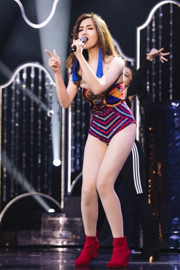 Nhật Hà thể hiện khả năng ca hát ở phần thi tài năng. Bản mashup của haica khúc Cô ba Sài Gòn và Born this way giúp cô lọt top 12.