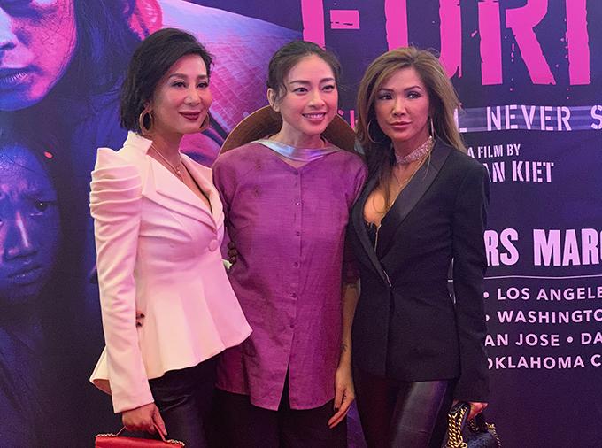 MC Nguyễn Cao Kỳ Duyên (trái) tới xem phim và chúc mừng đàn em.