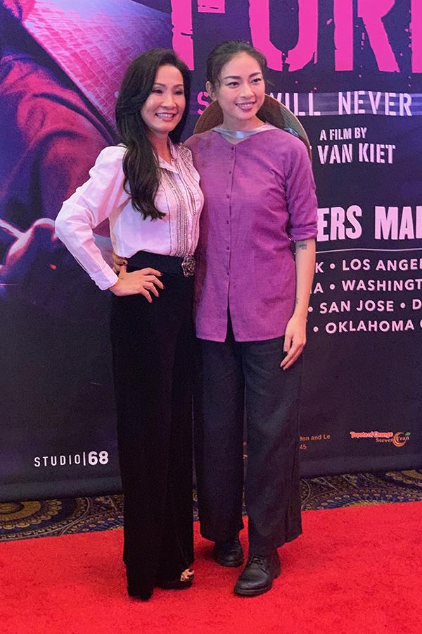 Danh hài Hồng Đào chụp hình cùng Ngô Thanh Vân tại sự kiện.