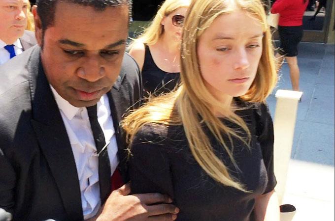 Amber Heard từng đến tòa với gương mặt thâm quầng vào tháng 6/2016.