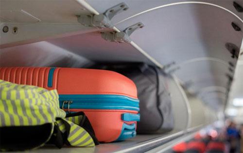 Quy định của đa phần các hãng hàng không trên thế giới đều chỉ cho phép hành khách mang kiện đồ xách tay trong khoảng 5-10 kg, phổ biến nhất là 7kg. Ảnh: Expert Reviews.