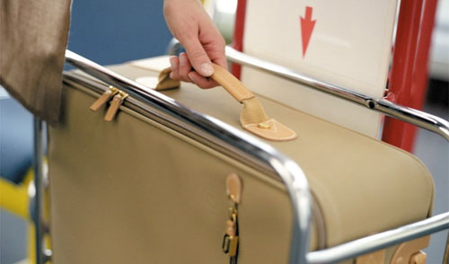 Sân bay nào cũng có khay đo kích thước và cân nặng của hành lý xách tay trước khi check in. Ảnh: Aviabag.