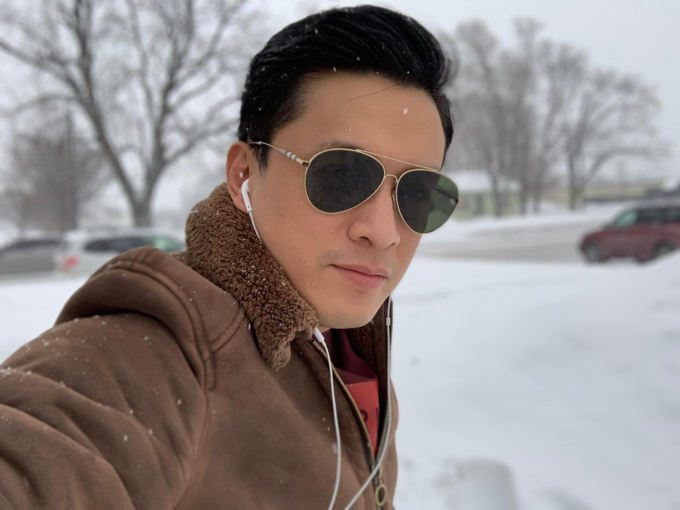 Lam Trường pose hình với tuyết trong chuyến lưu diễn ởMinnesota(Mỹ).Tháng 3 rồi mà trời vẫn còn tặng cho tôi từng lớp tuyết dày trắng xoá, lạnh lẽo đến thế này.