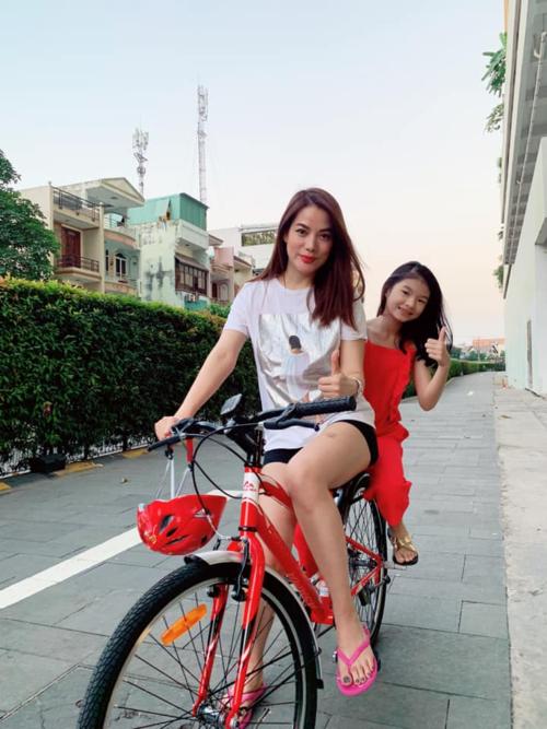 Trương Ngọc Anh thảnh thơi đạp xe dạo phố cùng con gái: Giờ đạp xe đến rùi, đạp xe thui mà bầm tím hết cả chân.