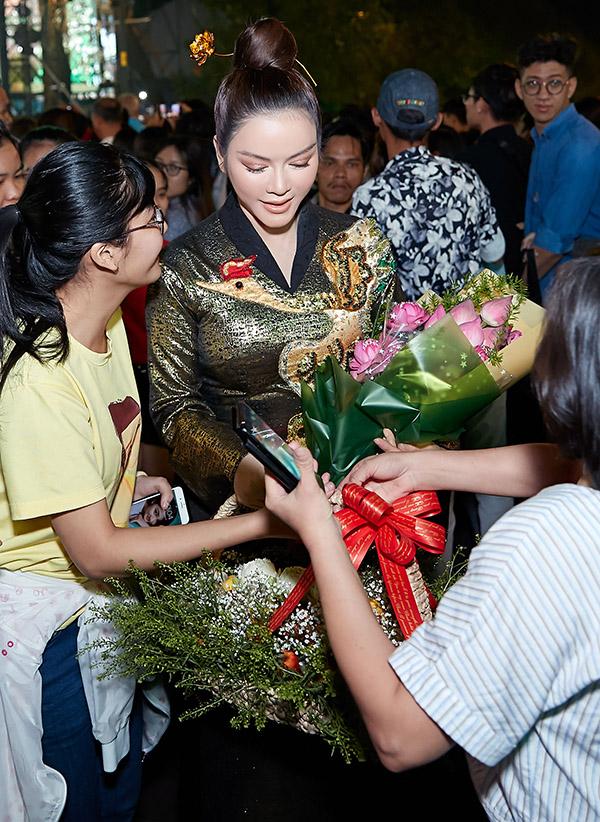 Lý Nhã Kỳ có mặt trong số hàng nghìn người tham dự sự kiện tổ chức ở phố đi bộ Nguyễn Huệ TP HCM. Cô được các fan nhận ra ùa tới tặng hoa và xin chụp ảnh.