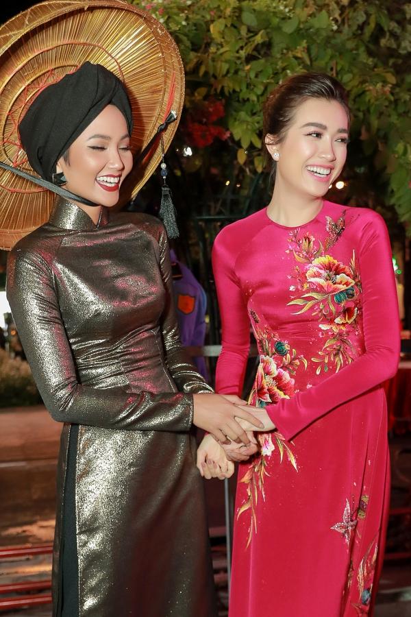 Lệ Hằng đoạt Á hậu 2 năm 2015, HHen Niê đăng quang năm 2017. Nên dù lớn tuổi hơn, HHen gọi Lệ Hằng bằng chị để bày tỏ sự tôn trọng.