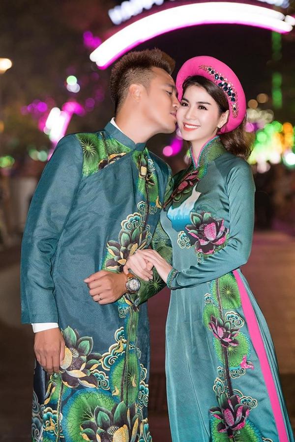 Vợ chồng Thanh Duy - Kha Ly hôn nhau tình tứ. Họ thường xuyên nhận lời cùng trình diễn catwalk vì có chung niềm