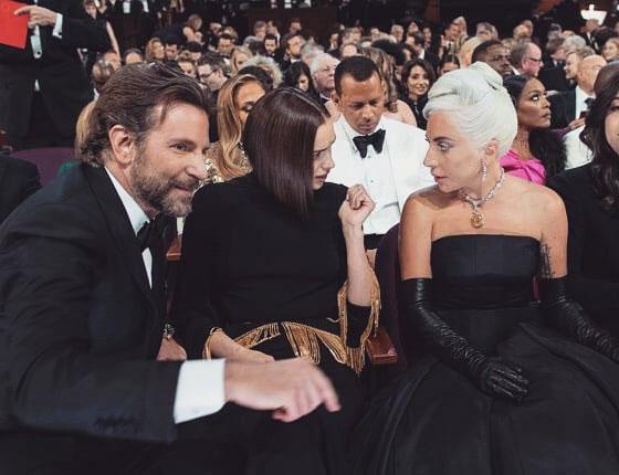 Siêu mẫu ngồi giữa ngăn cách bạn trai và Lady Gaga khi dự Oscar.